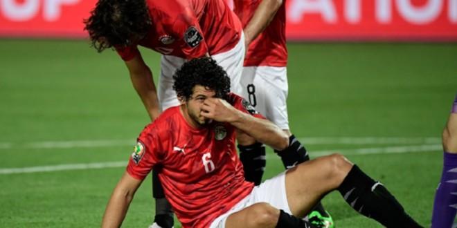 صورة مخاوف من تبدد إصابة مدافع مصر بعد تعرضه لكسر