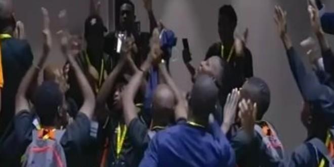 صورة منتخب زيمبابوي يدخل استاد القاهرة بطريقة غريبة(فيديو)