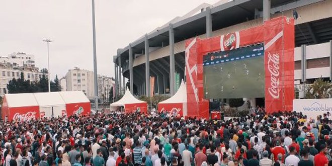 صورة أمام الشاشة العملاقة.. جماهير البيضاء تحتفل بانتصار الأسود على جنوب إفريقيا
