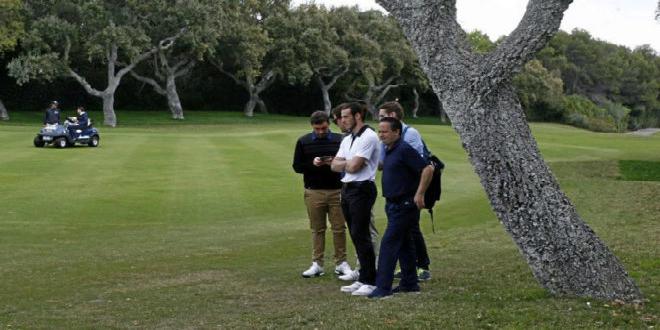 صورة بيل يلعب الغولف تزامنا مع مباراة ريال مدريد وتوتنهام