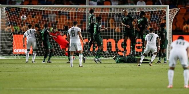 صورة بعد هدف محرز.. مساعد جمال بلماضي ينقذ الجزائر من تعادل محقق لنجيريا- فيديو