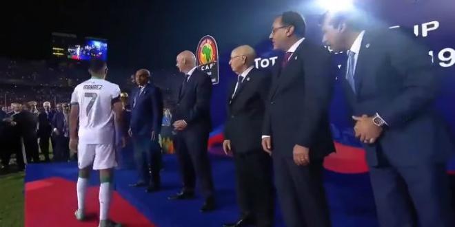 صورة مطالب بمعاقبة رياض محزر لتجاهله مصافحة مسؤول مصري