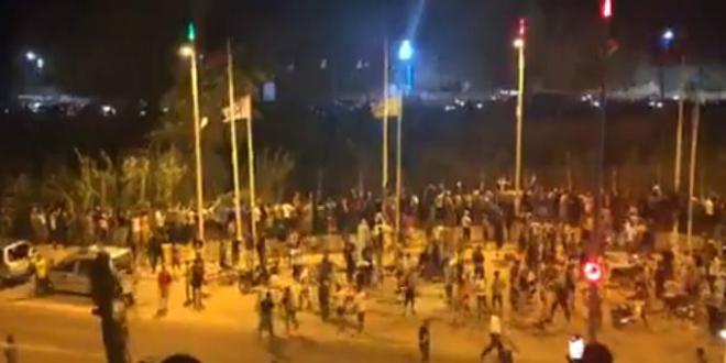 صورة مغاربة يشاركون الجماهير الجزائرية احتفالاتهم بمنطقة بين جراف- فيديو