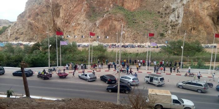 صورة نهائي أمم إفريقيا.. مغاربة يحجون إلى الحدود المغربية الجزائرية