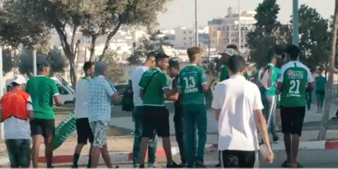 صورة جماهير الرجاء تحج لملعب طنجة وتخاطب لاعبيها قبل انطلاق الموسم المقبل