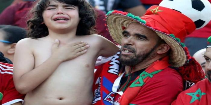 صورة أصغر مشجع مغربي يتحصل على جائزة في مباراة الأسود أمام جنوب إفريقيا