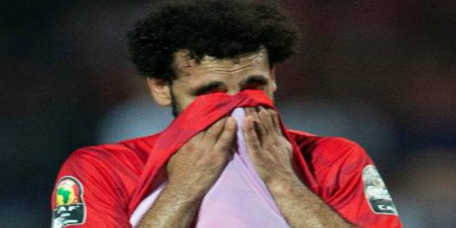 صورة محمد صلاح يدخل في نوبة بكاء عقب الإقصاء- فيديو