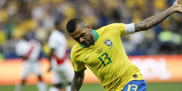 صورة رسميا.. ساوباولو يعلن عن تعاقده مع داني ألفيس