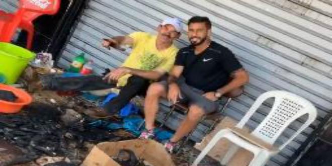 صورة متولي يبارك لمتابعيه عيد الأضحى ويشاركهم صورته في أحد الأحياء الشعبية
