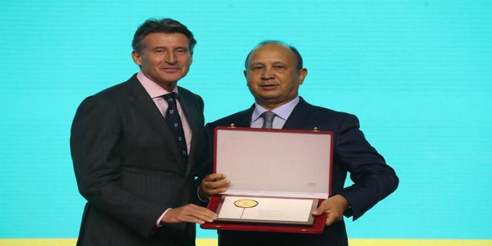 صورة الاتحاد الدولي يكرم عبد السلام أحيزون بوسام الاستحقاق في مونديال الدوحة لألعاب القوى