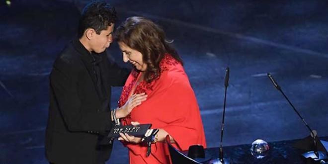 صورة تعرف على الأم البرازيلية صاحبة جائزة أفضل مشجع في العالم