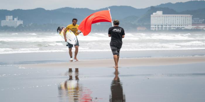 صورة بطل مغربي في ركوب الأمواج يتأهل إلى أولمبياد طوكيو 2020