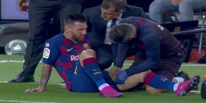 صورة ميسي يتعرض لإصابة عضلية ويغادر لقاء برشلونة وفياريال