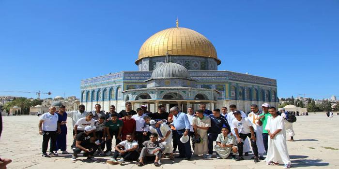 صورة لاعبو الرجاء يؤدون صلاة الجمعة بالمسجد الأقصى