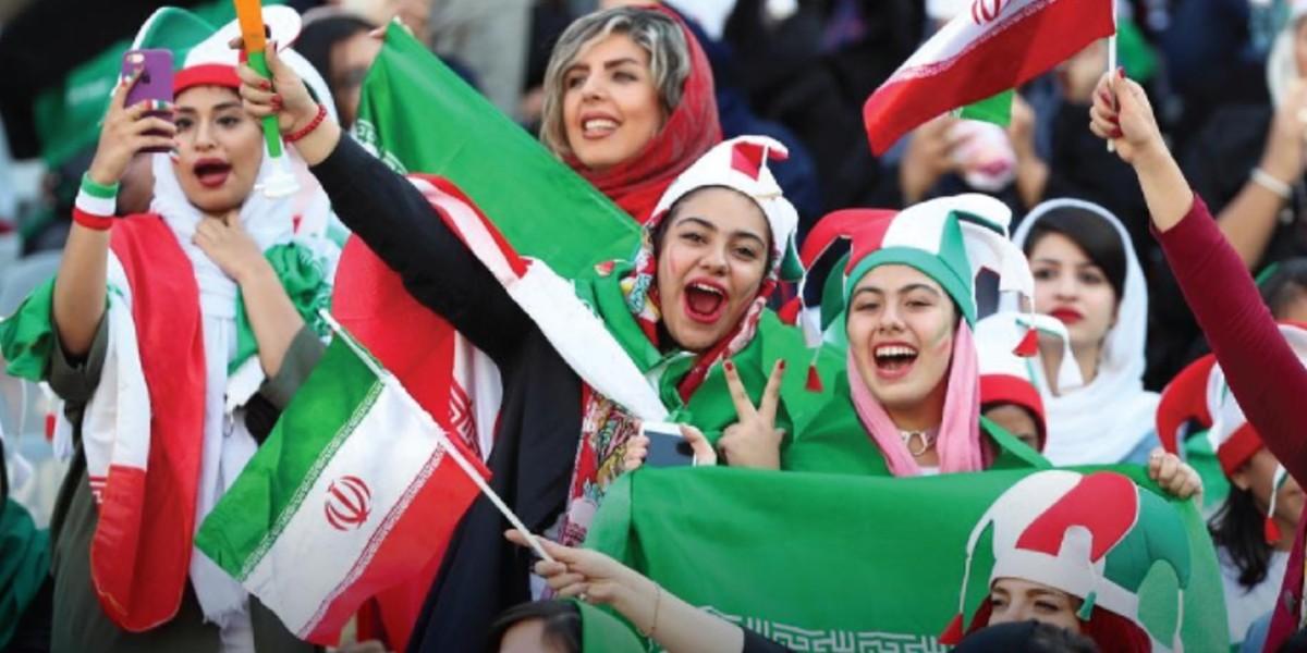 """صورة إيران تستجيب لطلب """"الفيفا"""" وتمكن النساء من ملاعب كرة القدم"""