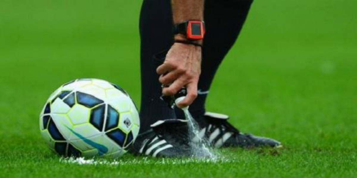 صورة حكم إنجليزي لقيادة مباراة باريس سان جيرمان وبرشلونة