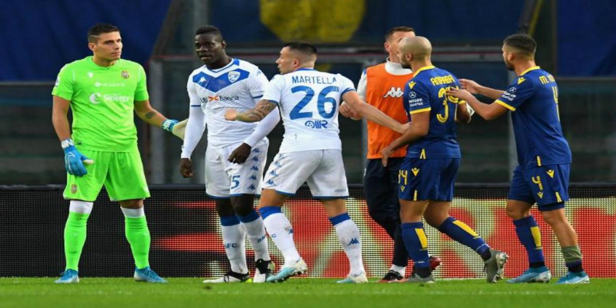 صورة رابطة الدوري الإيطالي تعاقب هيلاس فيرونا على العنصرية التي تعرض لها بالوتيلي
