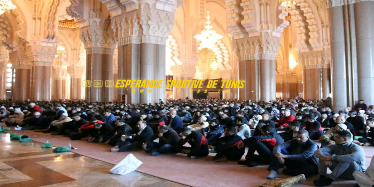 صورة لاعبو الترجي يؤدون صلاة الجمعة بمسجد الحسن الثاني