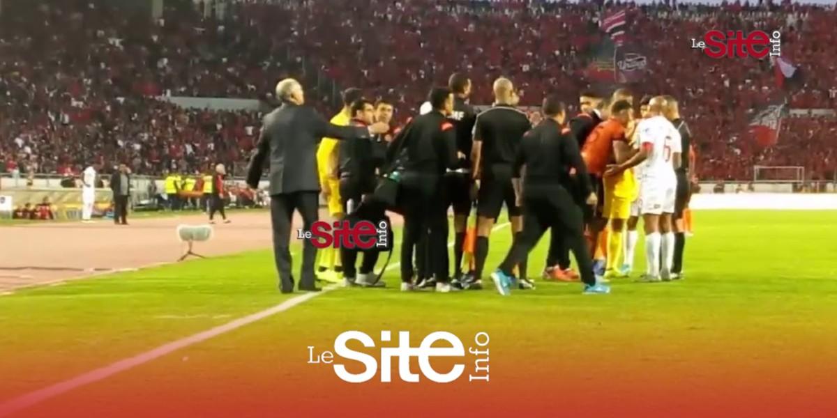 صورة بالفيديو.. لقطة طرد بكر الهلالي بعد تصرف لا رياضي خلال مباراة الوداد