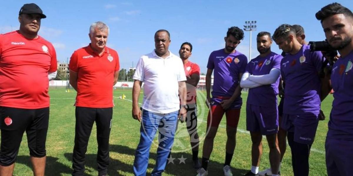 صورة الناصيري يجتمع بلاعبي الوداد عقب مباراة رجاء بني ملال