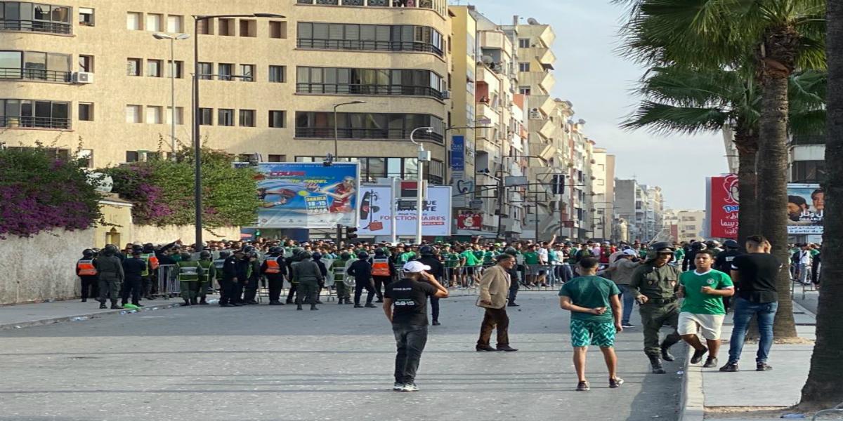 صورة بالصور-جماهير الرجاء تصطدم مع رجال الأمن قبل انطلاق الديربي