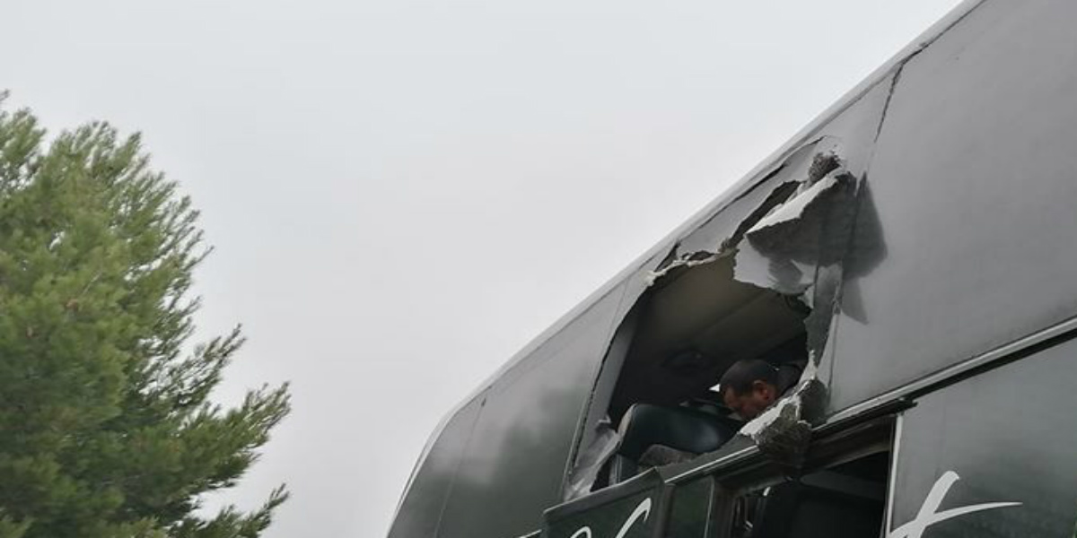 صورة حافلة فريق مغربي تتعرض للرشق من طرف مجهولين