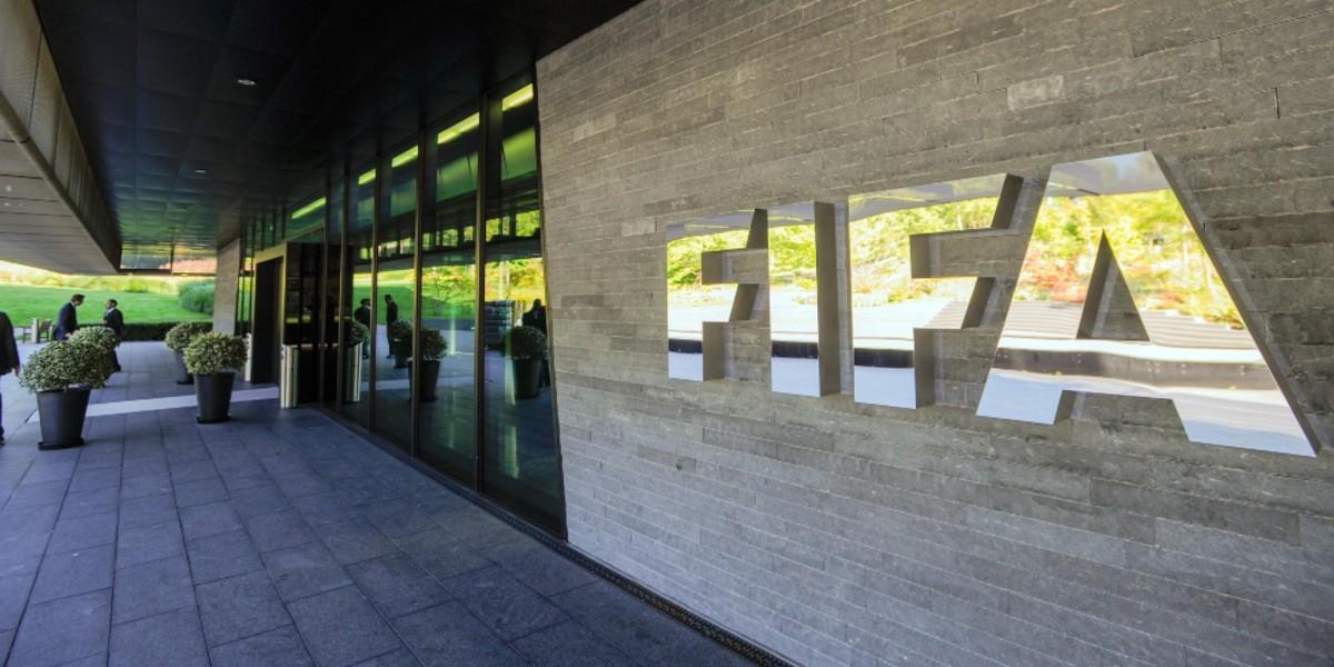 """صورة """"الفيفا"""" يوقف لاعبا عربيا لـ10 مباريات بسبب تصرفه العنصري"""