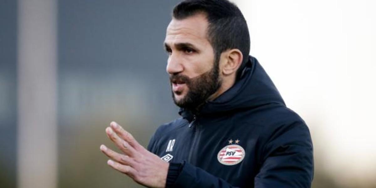 صورة أيندهوفن يعين دوليا مغربيا كمساعد لمدرب الفريق