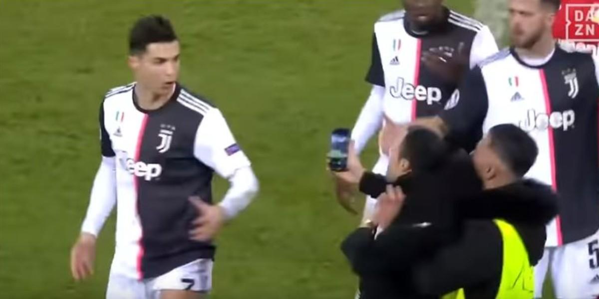 """صورة فيديو.. ردة فعل غير متوقعة من رونالدو تجاه مشجع أراد التقاط صورة """"سيلفي"""""""