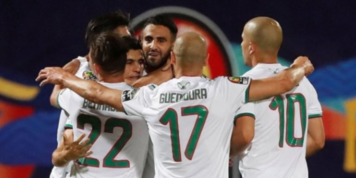 """صورة رئيس """"الفيفا"""" يصف نجم الجزائر بالأسطورة"""