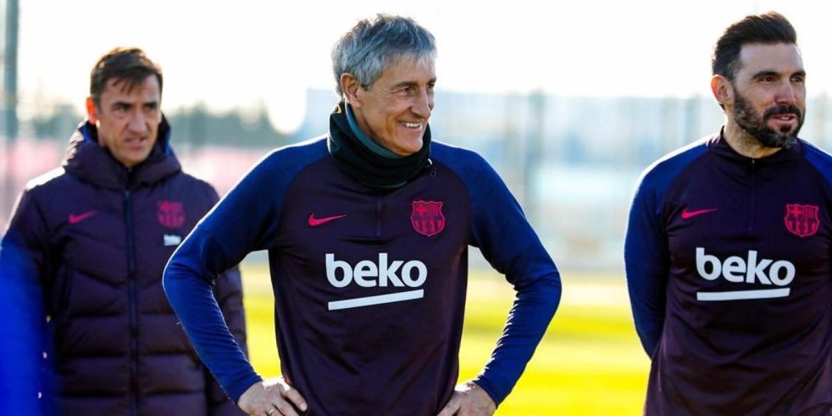 صورة مدرب برشلونة الجديد يقود أول مران له رفقة الفريق