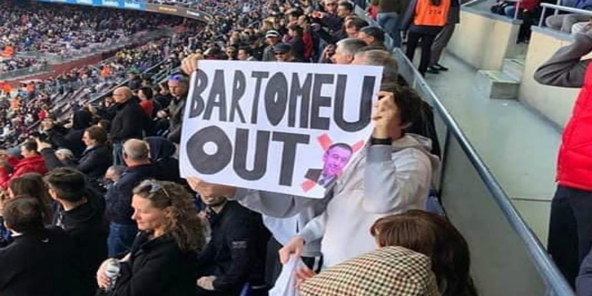 صورة جماهير برشلونة ترفع المناديل البيضاء وتطالب بارتوميو بالرحيل