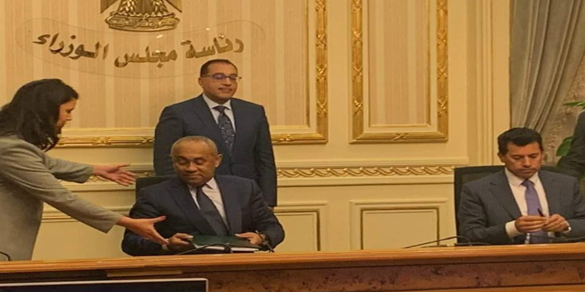 """صورة """"الكاف"""" ينهي الشكوك ويمدد إقامته في مصر"""