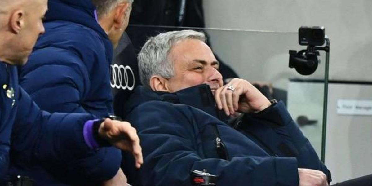 صورة شاهد تصرف مورينيو الغريب في مباراة مان سيتي -فيديو