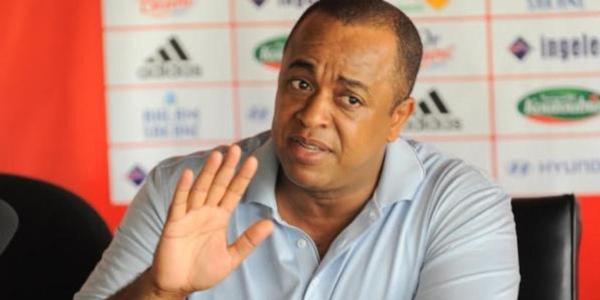 صورة بعد اجتماعه مع المدرب واللاعبين الناصيري يخرج بهذه القرارات الصارمة