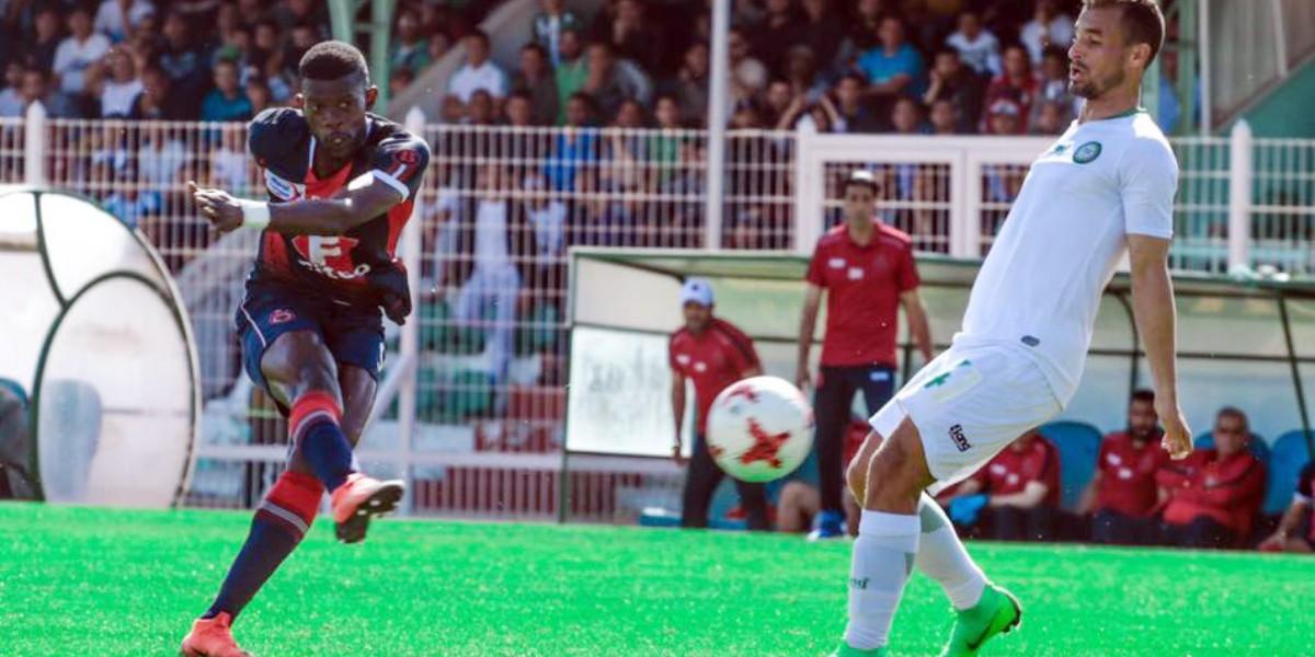 """صورة """"الكاف"""" يزور مدينة مغربية قصد تأهيل ملعبها للمباريات الدولية"""
