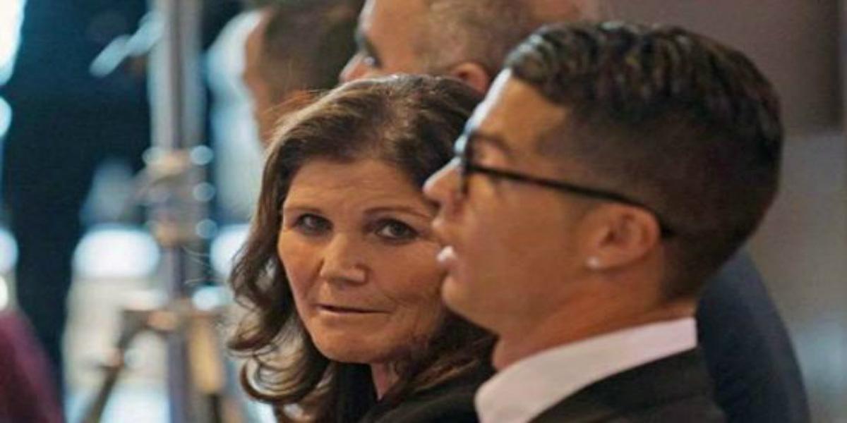 صورة والدة كريستيانو رونالدو في المستشفى جراء أزمة صحية