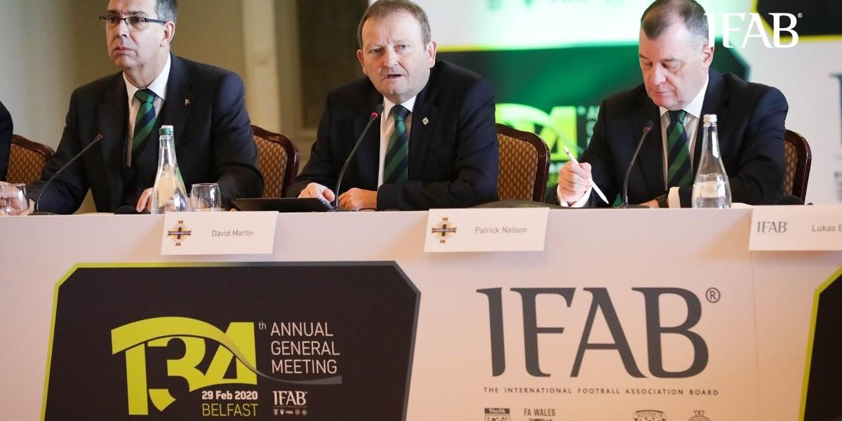 """صورة """"IFAB"""" يمدد العمل بقانون خمس تبديلات حتى 2021"""