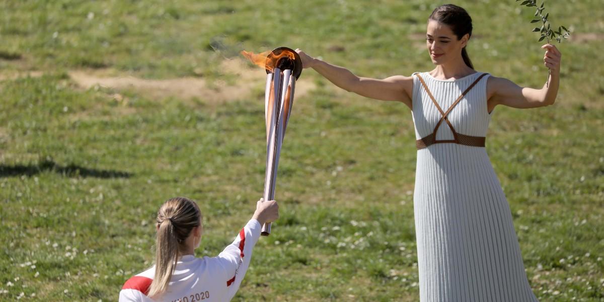 صورة رغم انتشار فيروس كورونا إيقاد الشعلة الأولمبية الخاصة بطوكيو 2020