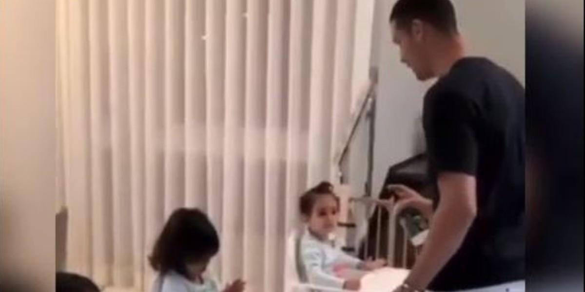 صورة رونالدو يعلم أبنائه كيفية تعقيم أيديهم للحماية من كورونا -فيديو