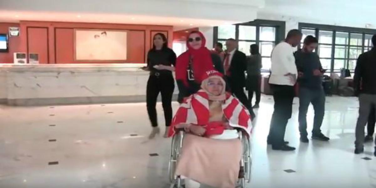 صورة أم ودادية مغربية تخلق الحدث بتونس رفقة أبنائها وأحفادها: جينا حتى لتونس نشجعو الوداد