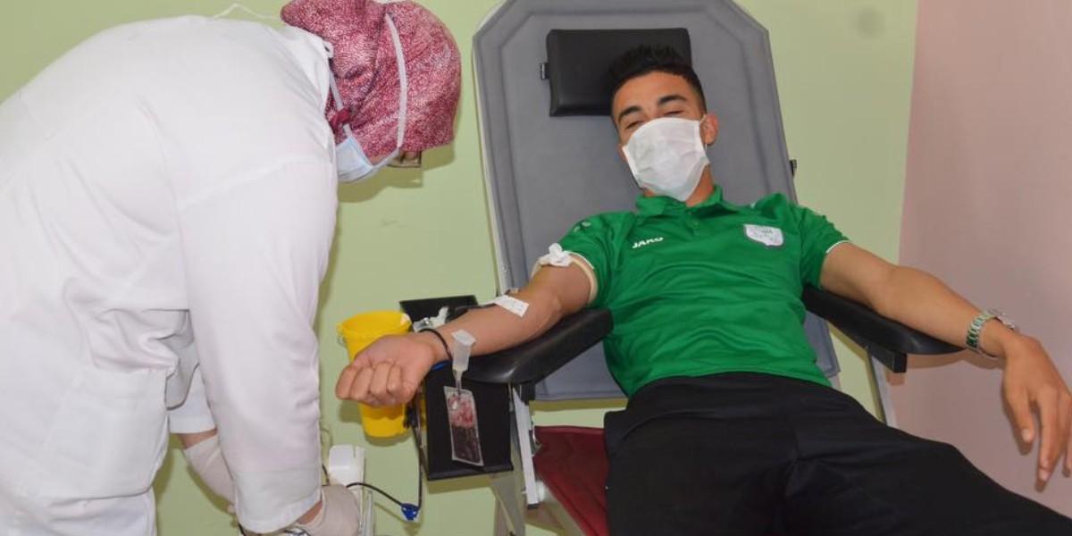 صورة فريق الدفاع الحسني الجديدي ينخرط في حملة إنسانية للتبرع بالدم