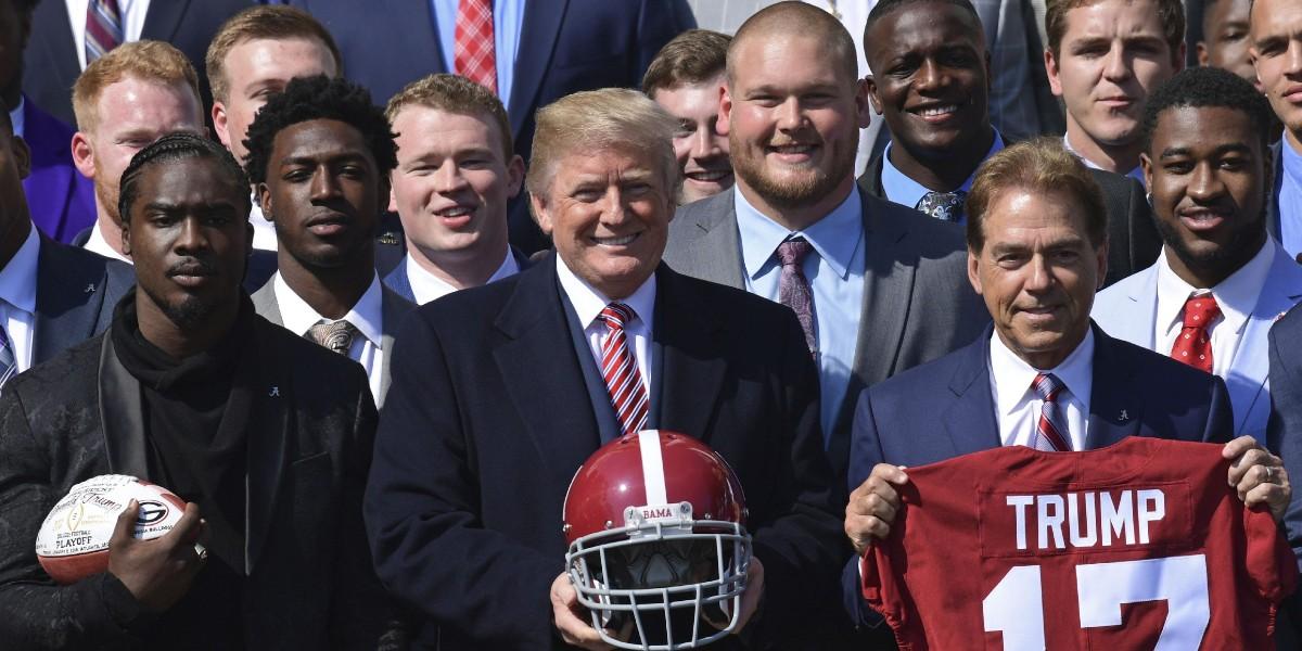 صورة ترامب يهدد بمقاطعة كرة القدم الأمريكية لو انحنى اللاعبون خلال السلام الوطني