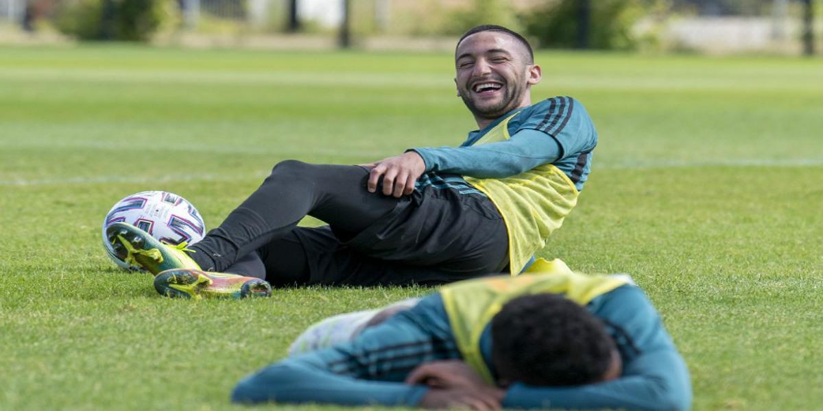 صورة فيديو.. زياش يستعرض مهاراته بتمريرات بين أقدام زملائه