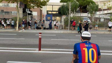 صورة أنصار برشلونة يتجمهرون أمام مقر النادي