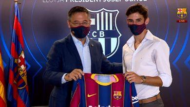 صورة في حضور بارتوميو.. برشلونة يقدم مهاجمه الجديد ترينكاو