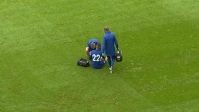 """صورة في ودية تشيلسي.. زياش يغادر أرضية الملعب متأثرا من إصابة بعد مساهمته بـ""""تمريرة"""" في هدف فيرنر"""
