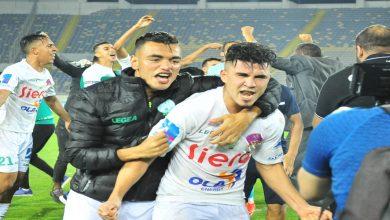 """صورة نجم """"الأسود"""" يحتفل مع لاعبي الرجاء بتحقيق لقب """"البطولة"""" ويعلق بـ: """"ديما رجاء"""""""