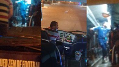 صورة حافلة فريق سريع وادي زم تتعرض للاعتداء بعد مباراة الوداد