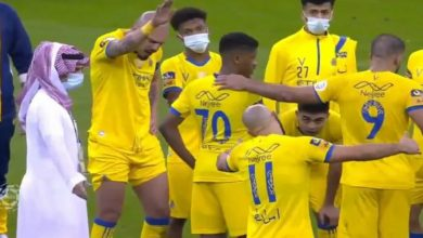 صورة نجم النصر السعودي في طريقه لمغادرة النادي